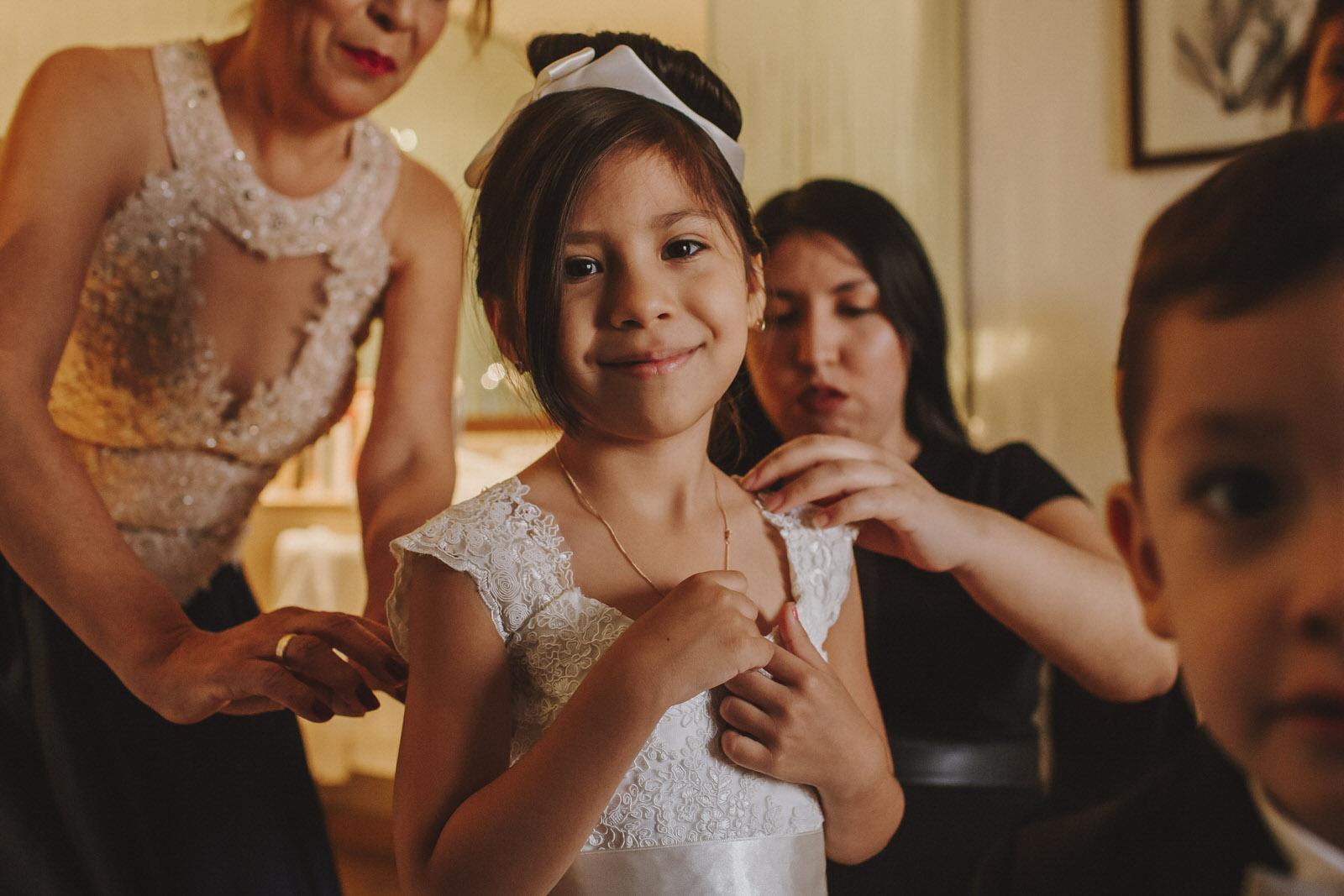 sobrina de la novia siendo arreglada en el hotel sheraton lima