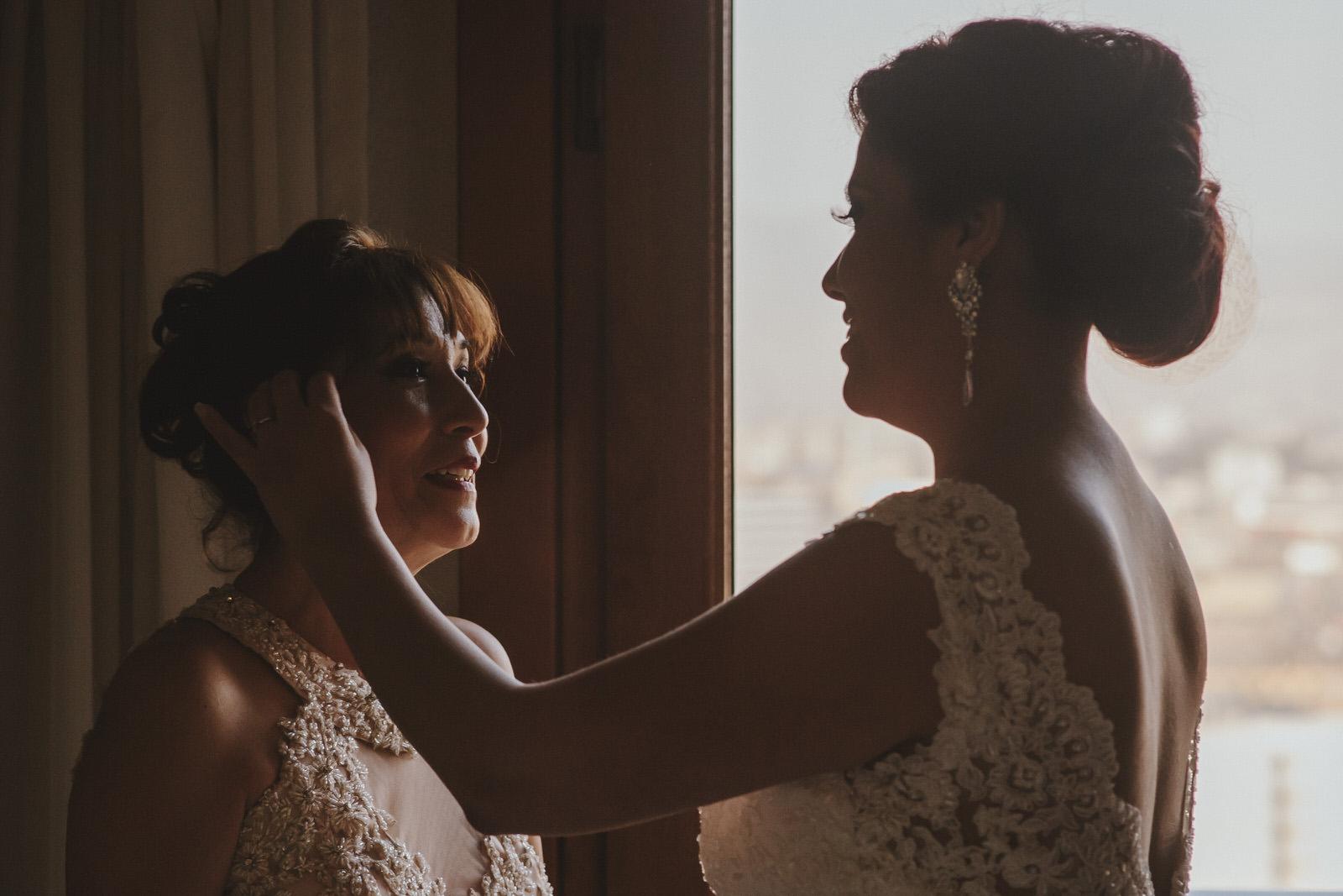 novia contemplando a mama en el hotel sheraton lima