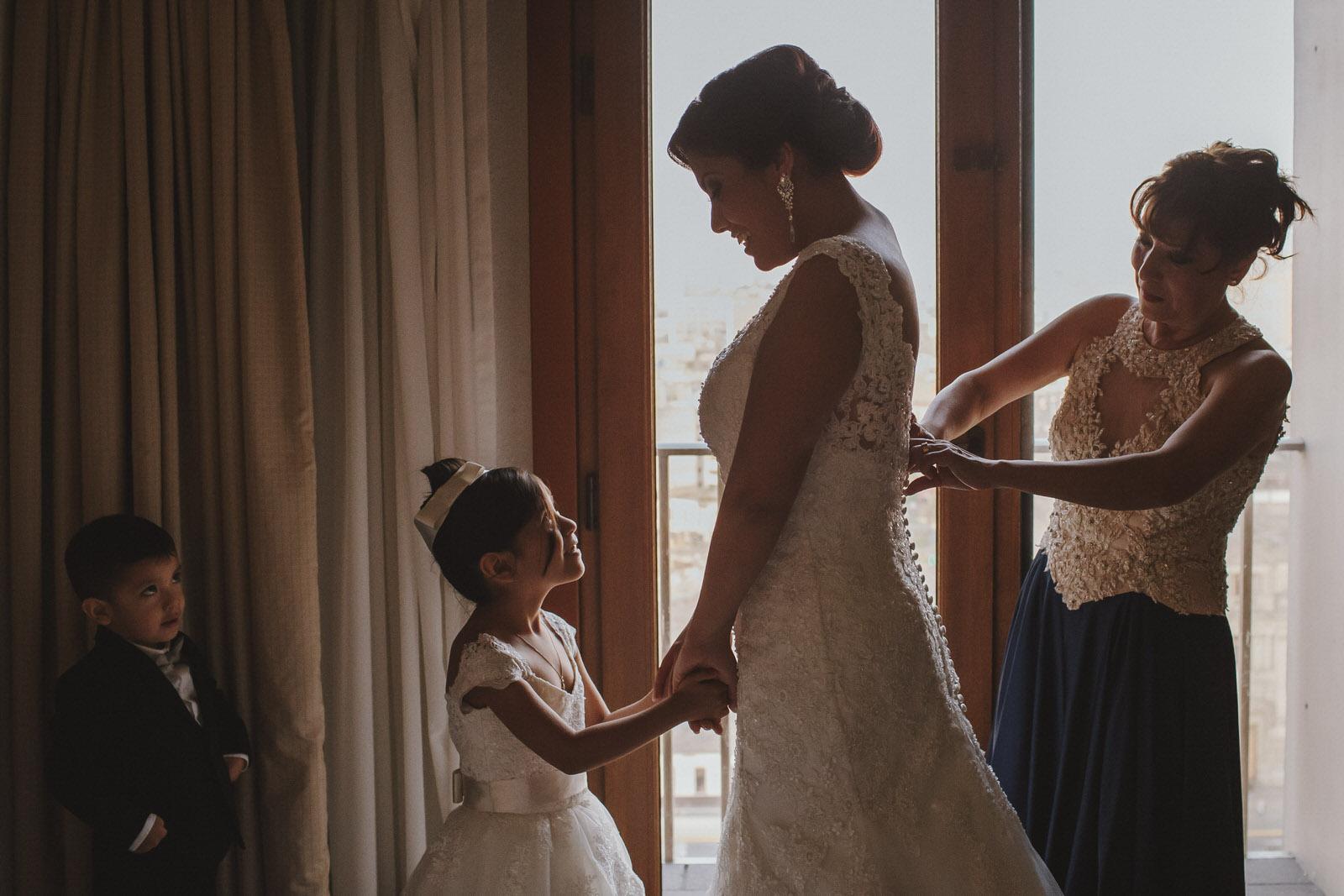 mama cerrando el vestido de la novia en el hotel sheraton lima