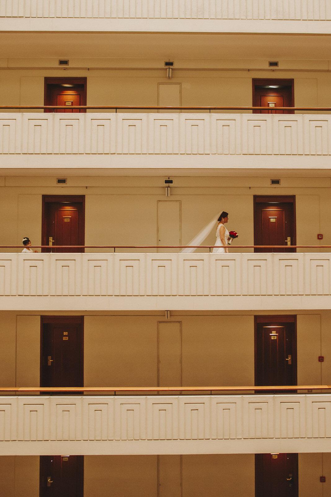 novia caminando en el hotel sheraton lima