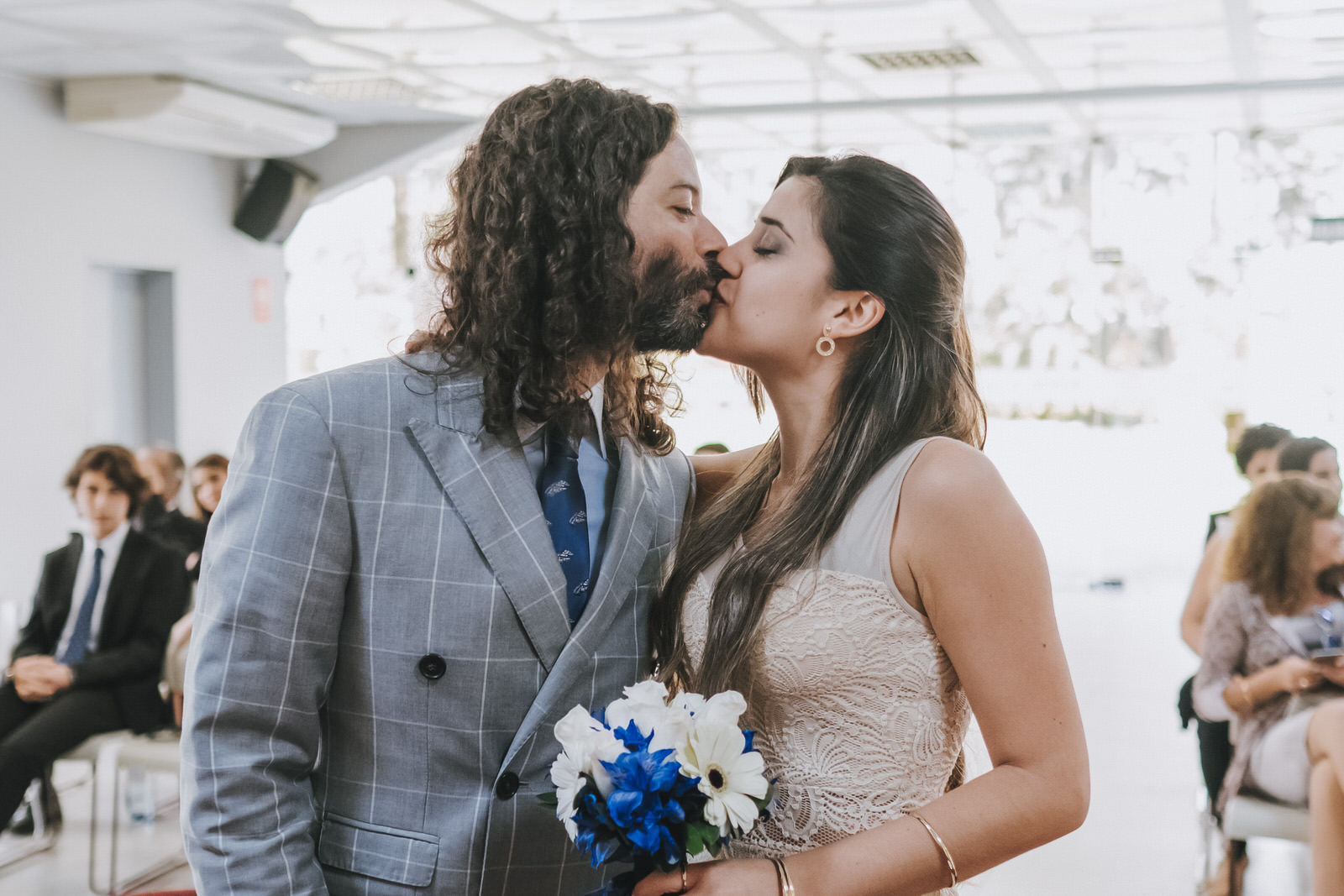 primer beso de los novios recién casados municipalidad de la molina