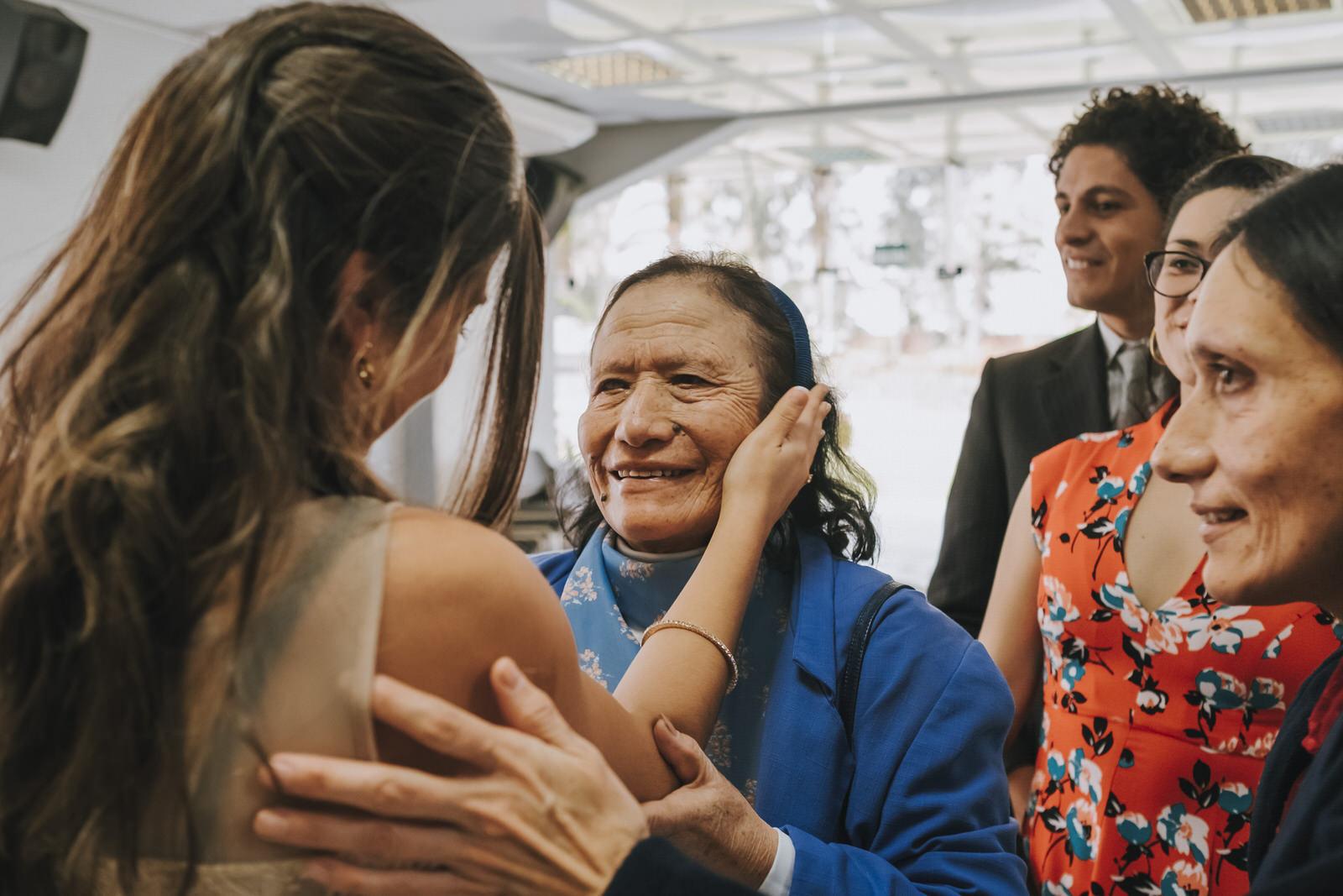novia saludando a familiares y amigos después de la ceremonia municipalidad de la molina