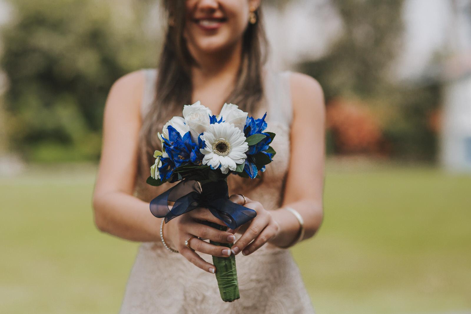 novia mostrando el bouquet en sesion de fotos municipalidad de la molina