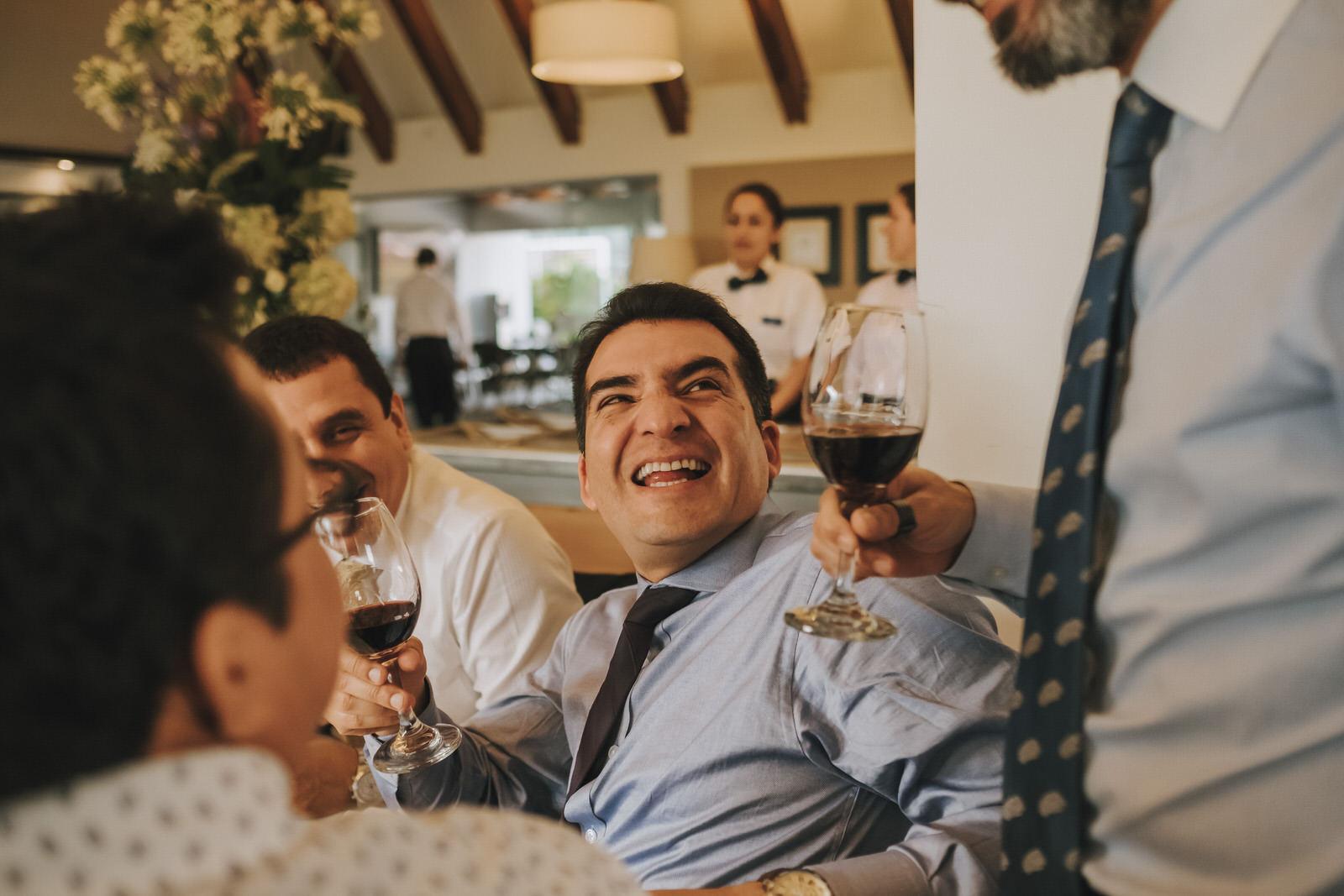 amigos del novio divirtiéndose en el coctel la molina